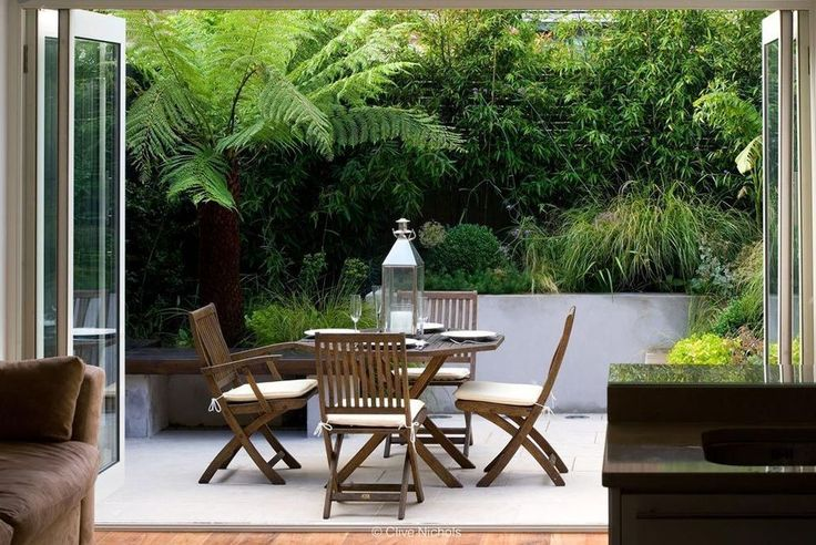 Small courtyard garden with seating area design and layout 24 - Rockindeco