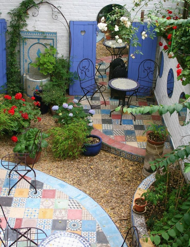 Small courtyard garden with seating area design and layout 72 - Rockindeco
