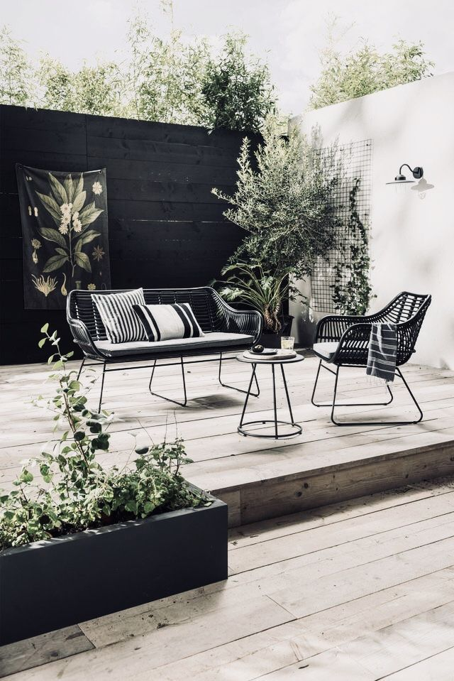 Gorgeous Outdoor Space | Black, White + Wood #moderngardenfurniture