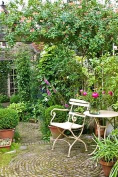 Rustic courtyard garden like ours........ Add interest with living boarders that...