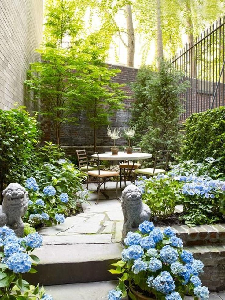 Small courtyard garden with seating area design and layout 45 - Rockindeco