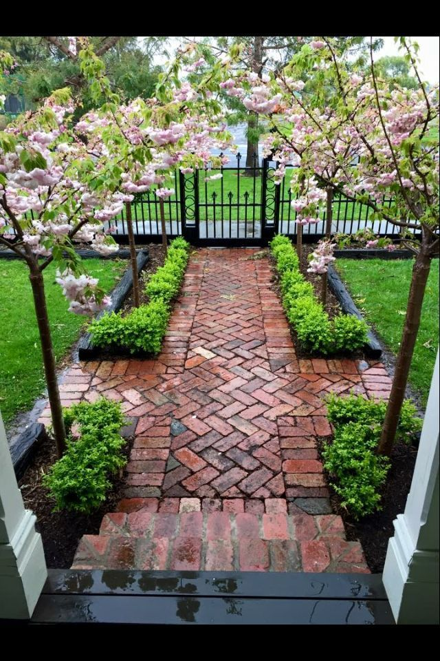 Cozy and elegant driveway with beautiful flowers and very green grass # driveway ...